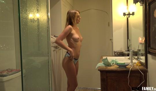 Сексуальная блондинка провоцирует брата во время мастурбации