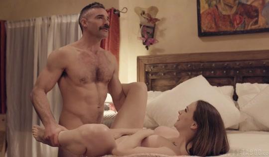 Пожарный изменяет супруге и долго ебет дочку на краю кровати