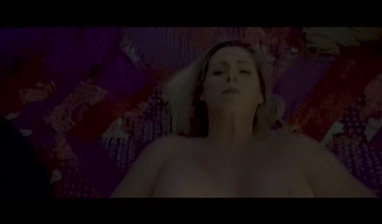 Мамаша в спальне устраивает жесткое порно с одиноким сынишкой