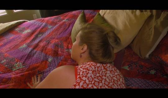 В спальне развратник мутит порно с матерью и сливает на нее кончу