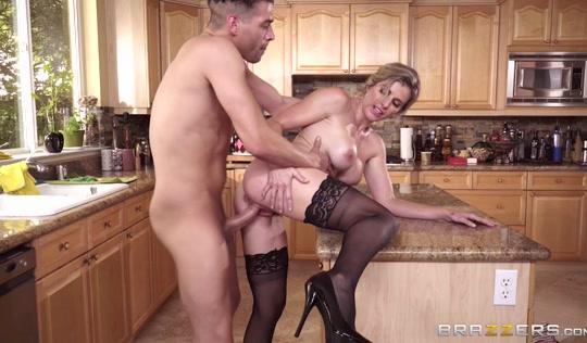 Блондинистая мамаша трахается с сыном на кухне