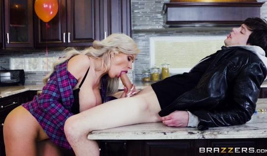 Блондинистая мамка занялась любовью с сыном на кухне