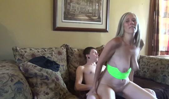 Сынок получил от зрелой матери красивый секс и кончил ей в ротик