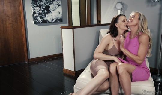 Худенькая дочка трахается с мамкой лесбиянкой и ее любовницей