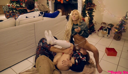 Две развратные сестренки занялись любовью с братом на Рождество