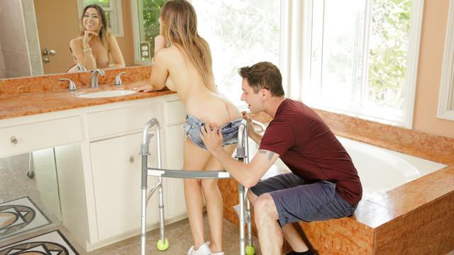 Парень трахнул девушку на кухонном столе в щели