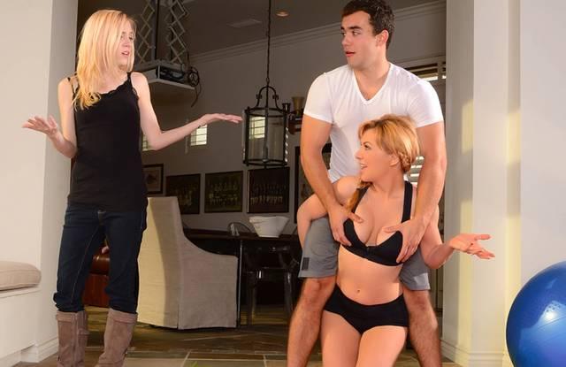 Brazzers - зрелая блондинка занялась сексом с молодым фитнес тренером на полу