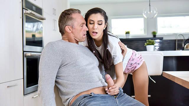Падчерица несколько раз сосала отчиму и наконец-то получила трах в письку