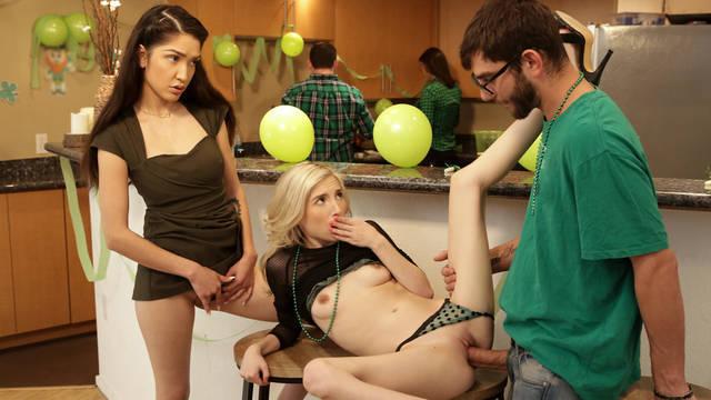 Смазливые девушки совокупляются с братом на кухне