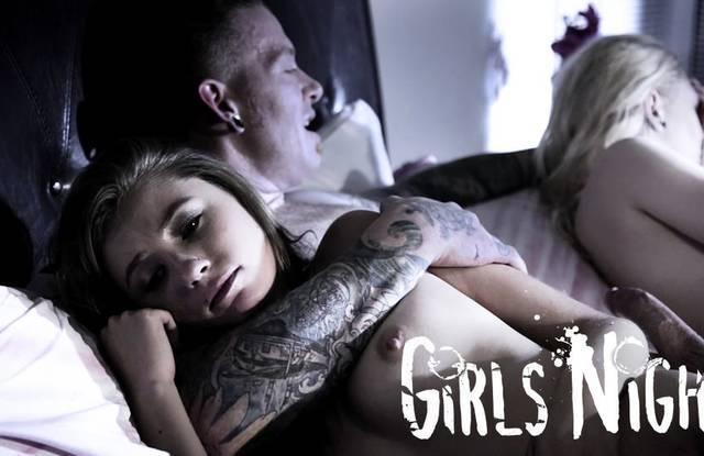 Блондинка с подругой глотает сперму развратника