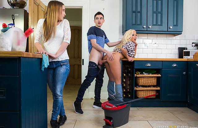 Brazzers - белокурая мамаша соблазнила сына на кухне