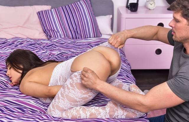 Brazzers - Небритый парень ласкает языком анус сестренки на кровати
