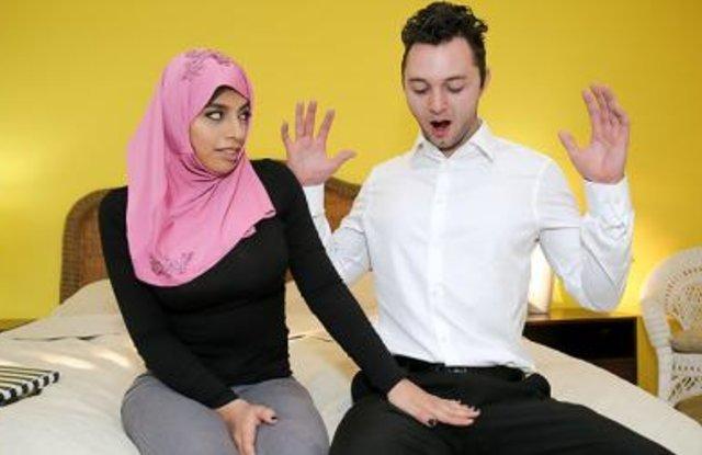 Парень дико трахает в постели сексуальную арабку