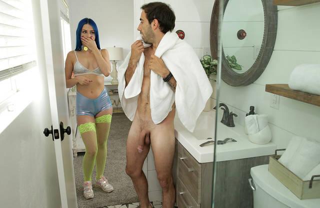 Молоденькая зашла в ванну к брату и начала сосать его крупный член