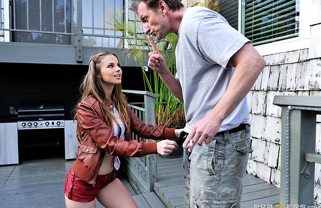 Отец  хорошенько трахает свою  дочь на сеновале.