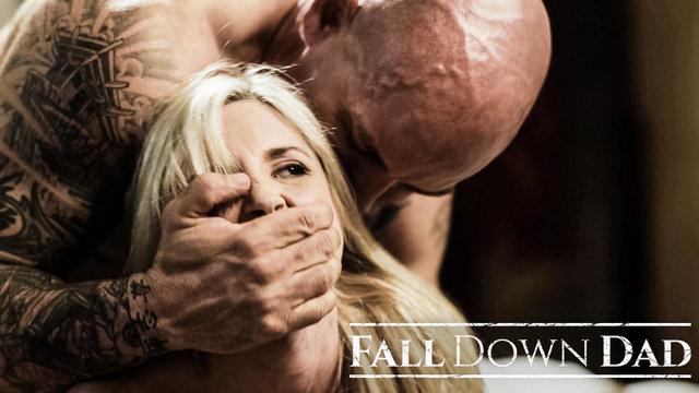 Самая красивая блондинка дико долбится с отцом
