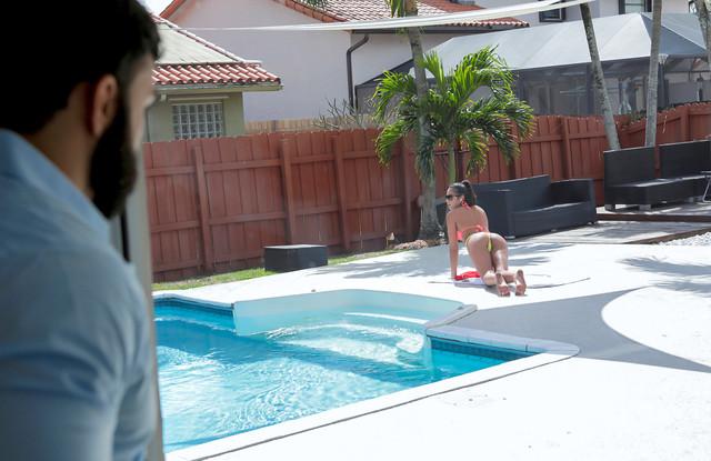 Брат увидел сестру в купальнике и отжарил ее прямо на улице