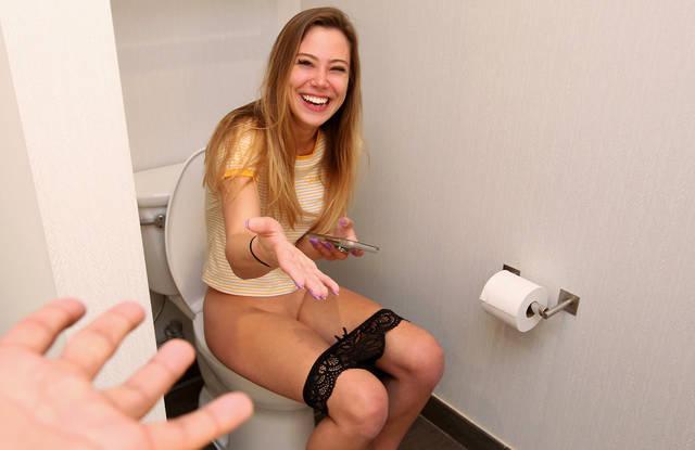 Молоденькая после туалета пошла соблазнять и трахать писей брата