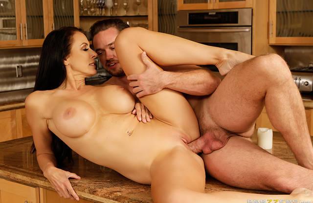 Молодой удалец потрахивает бритую киску матери на кухонном столе