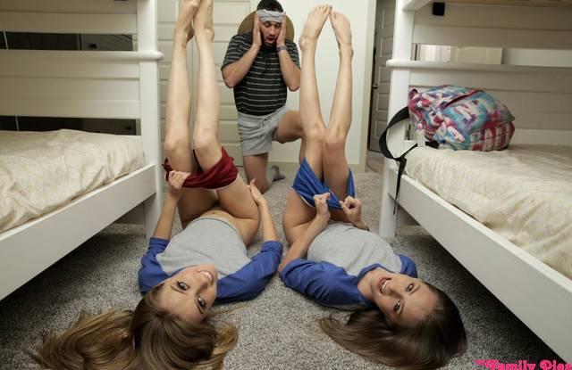 Папаша-тренер ебет на полу комнаты двух дочерей-близняшек в нежные щелки
